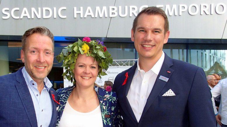Gruppenbild Hotelmanager mit Frau mit Blumenkranz