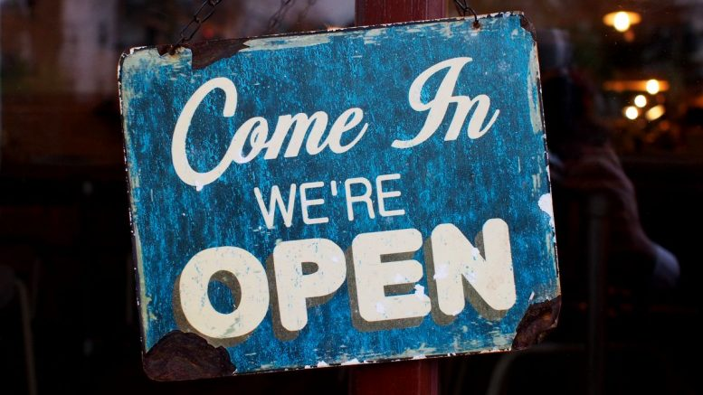 Ein altes Emailschild - Laden geöffnet