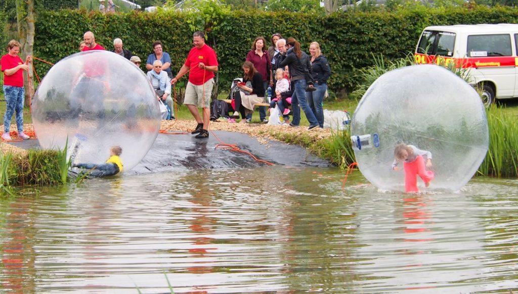 XXL Walkingbälle in einem kleinen Teich