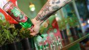 Barkeeper schenkt Pfeffi Shots ein