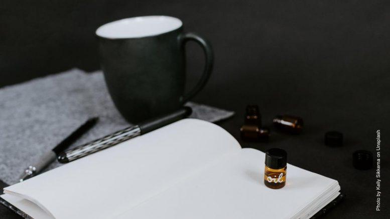 Buch mit Kaffeetasse