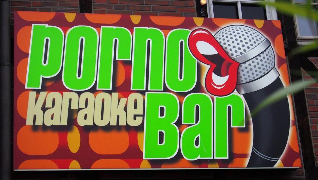 Werbeschild Porno Karaoke Bar