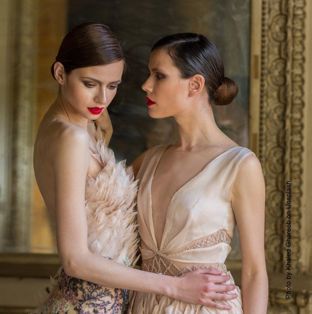 Zwei Frauen im Abendkleid