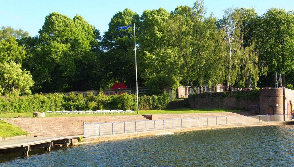 Der Stadtparksee Hamburg  mit Badeanstalt
