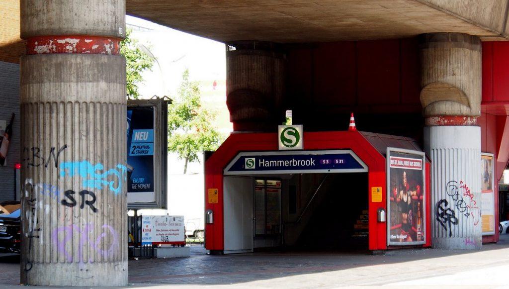 Eingang einer S-Bahnstation in Hamburg Hammerbrook