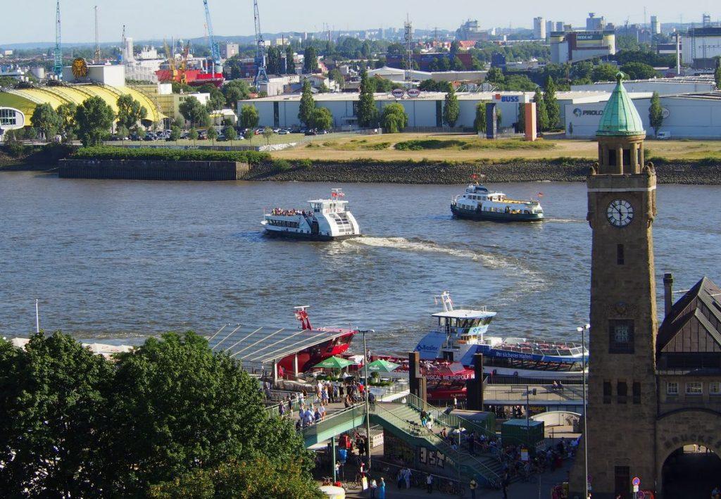 Die Landungsbrücken mit Hafenfähren