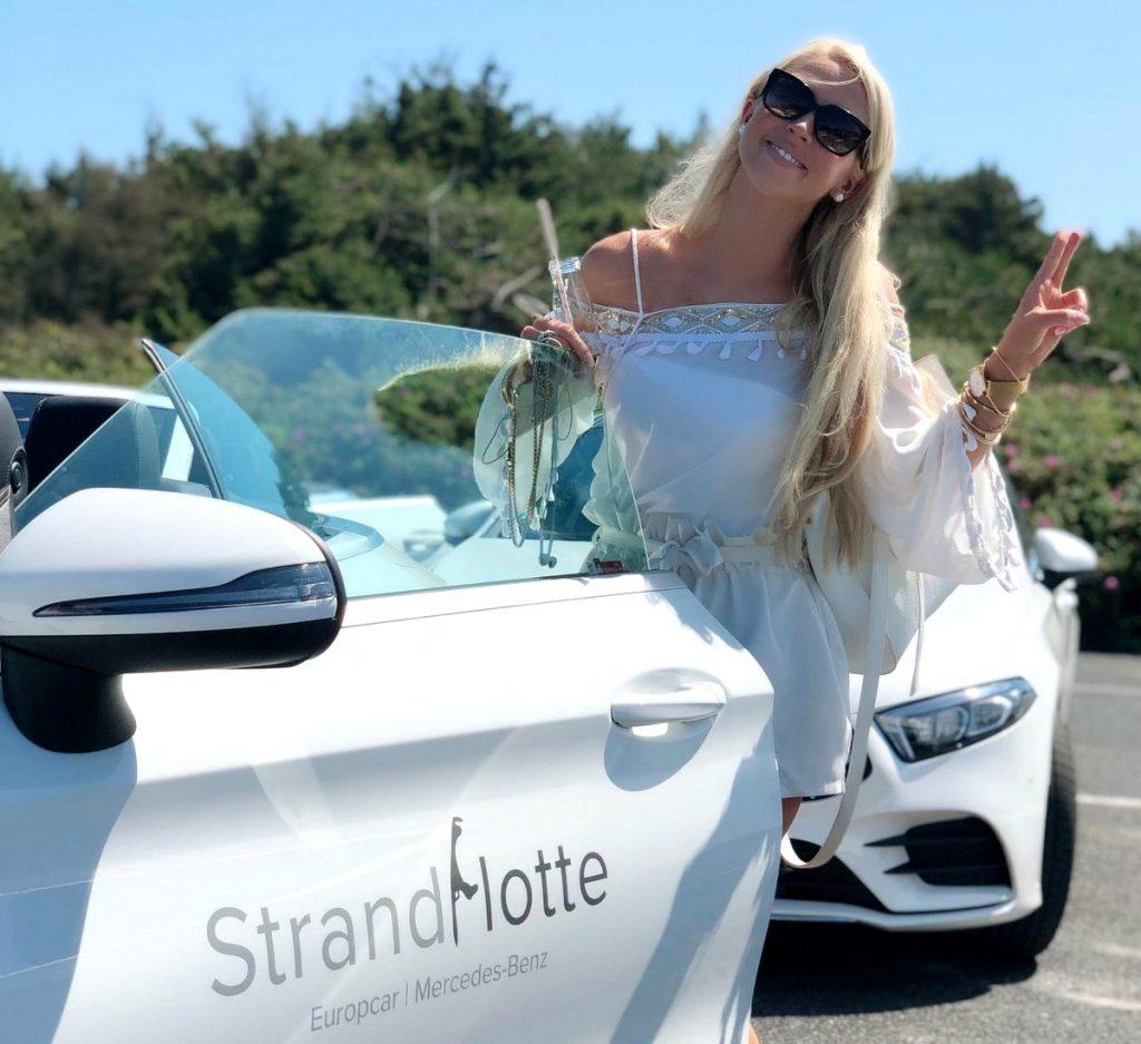 Andera Sablik mit einem Mercedes