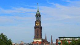 Blick auf drei Hamburger Hauptkirchen