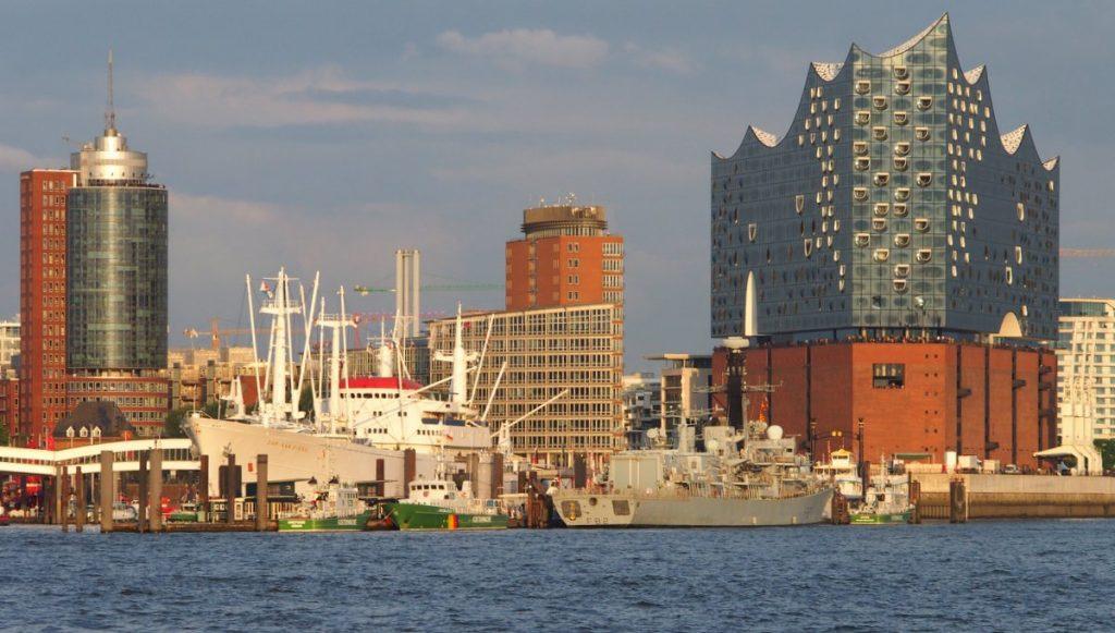 Hamburger Hafen am Abend. Blick auf die Überseebrücke mit Elbphilharmonie