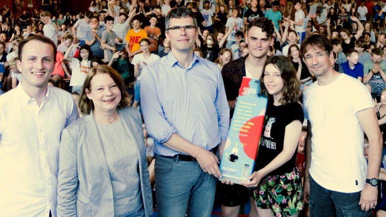 Gruppenbild mit Schülern Übergabe Kondomautomat im Gymnasium Corveystrasse