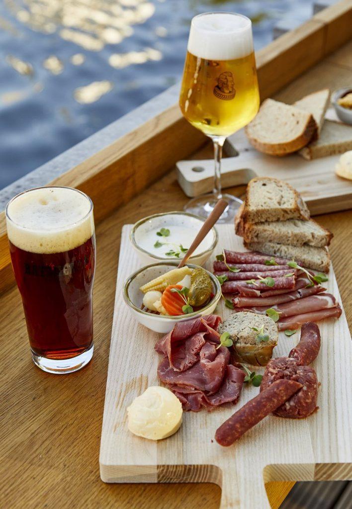 Snacks zum Bier und Bierglas