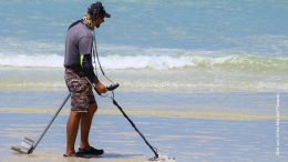 Sondeln, mit dem Metall-Detektor nach Schätzen suchen an der Nordsee
