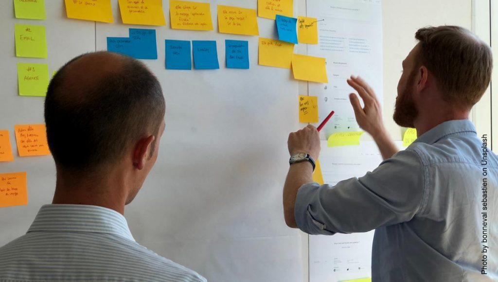 Zwei Männer planen ein Projekt