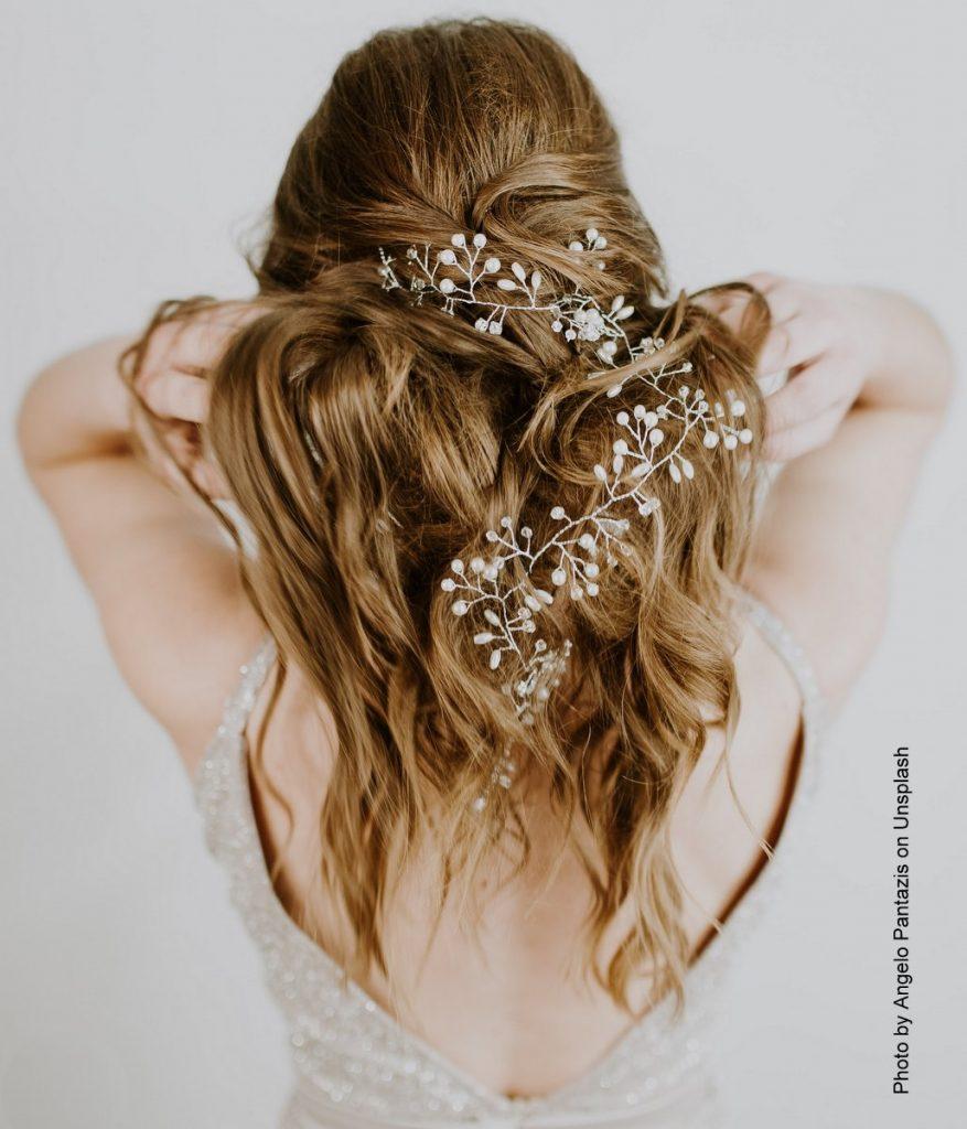 Abendmode - Haarschmuck bei einer blonden Frau