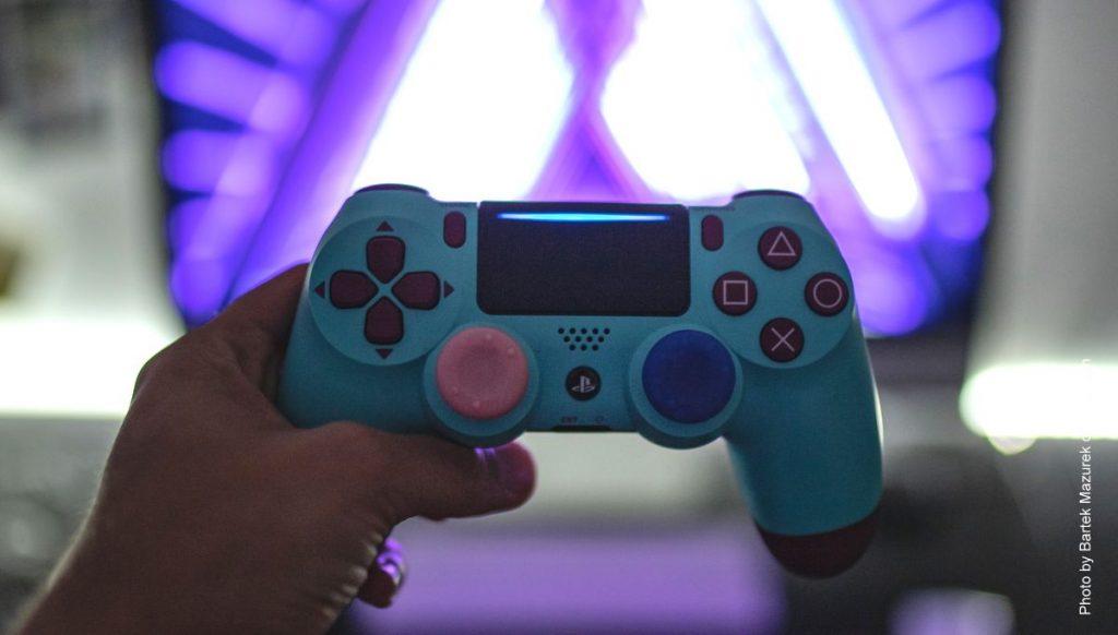 Ein Mann spielt mit einem Game Controller