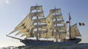 Ein Segelschiff mit vollen Segeln auf dem Meer