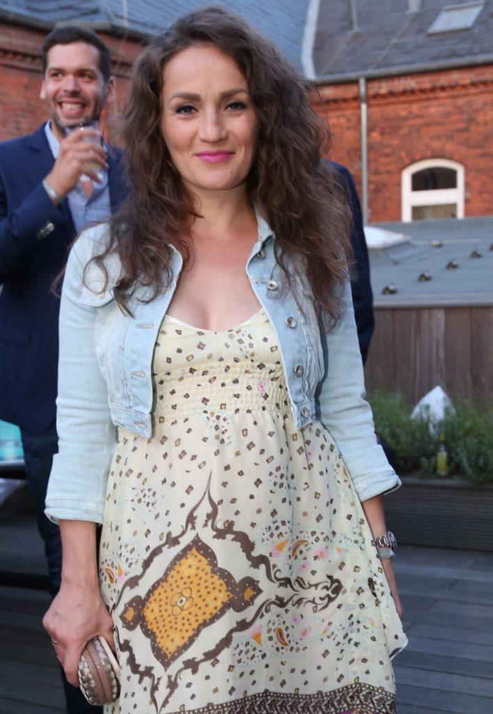 Ina Menzer im weiße Kleid mit blauer Jacke