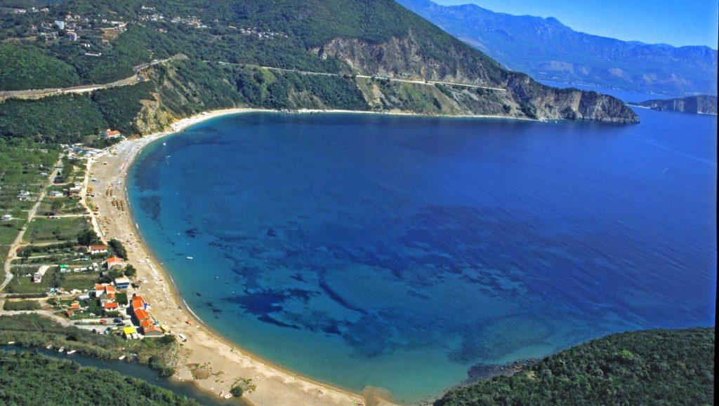 Strand an der Adria in Montenegro, Luftaufnahme