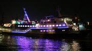 Die MS KOI nachts im Hamburger Hafen