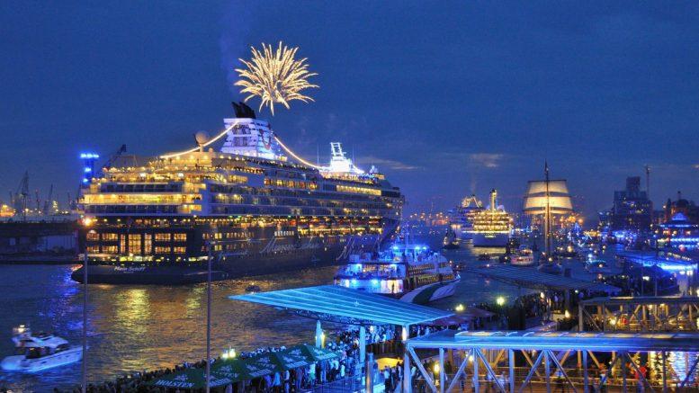 Schiffsparade auf der Elbe während der Hamburg Cruise Days mit Feuerwerk