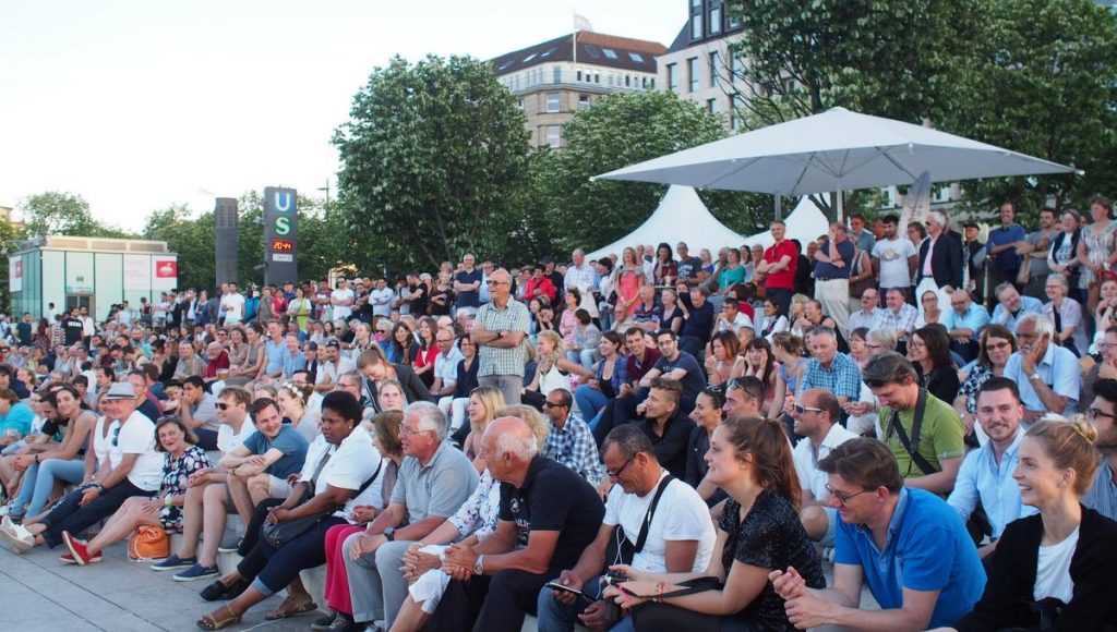 Publikum auf dem Alsteranleger bei einem Konzert