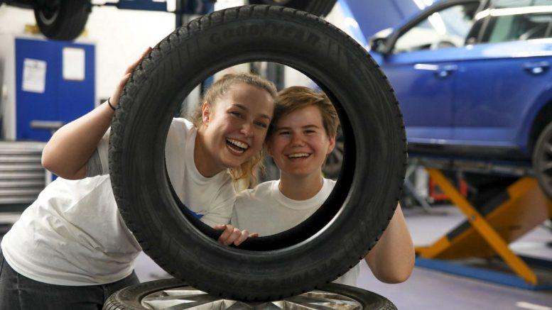 Ausbildungsjahr 2019 zwei Technik-Azubis schauen durch einen Reifen