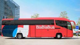 Ein roter Fernbus von BlaBlaBus
