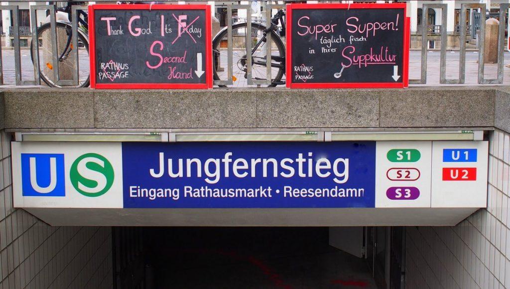 Eingang zu einer unirdischen Passage in Hamburg