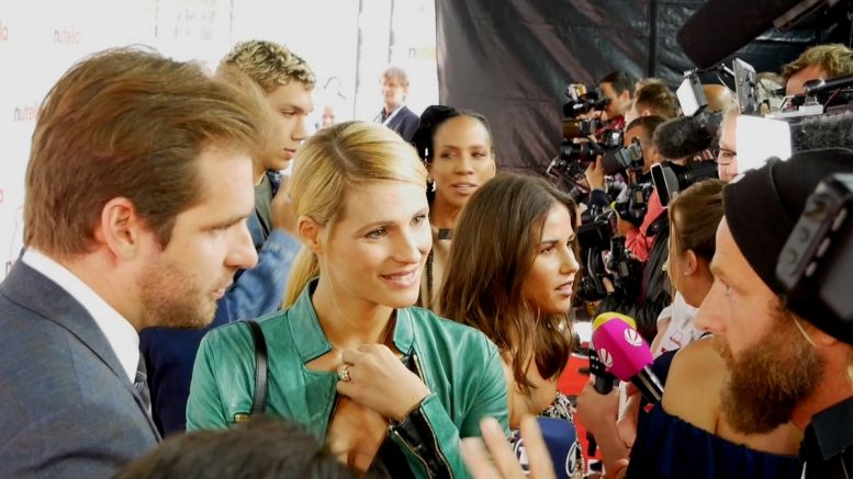 Michelle Hunziker in Hamburg im Nutella Pop up Cafe auf dem Red Carpet mit Journalisten