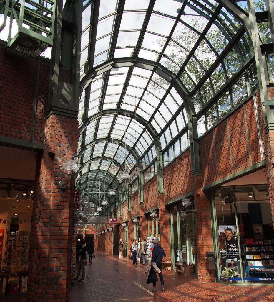 Gang des Hanseviertel in Hamburg mit Glasdach