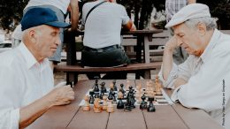 Schachspielende alte Männer im Park