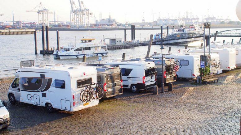 Wohnmobile können für eine Nacht direkt am Hafen parken bzw. übernachten