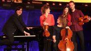 fünf Musiker, die blödeln, auf einer Bühne