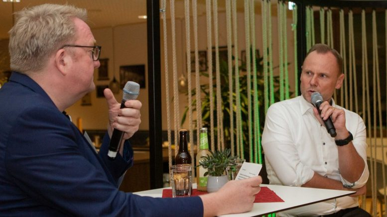 Andy Grote im Gepräch mit Lars Meier (rechts)