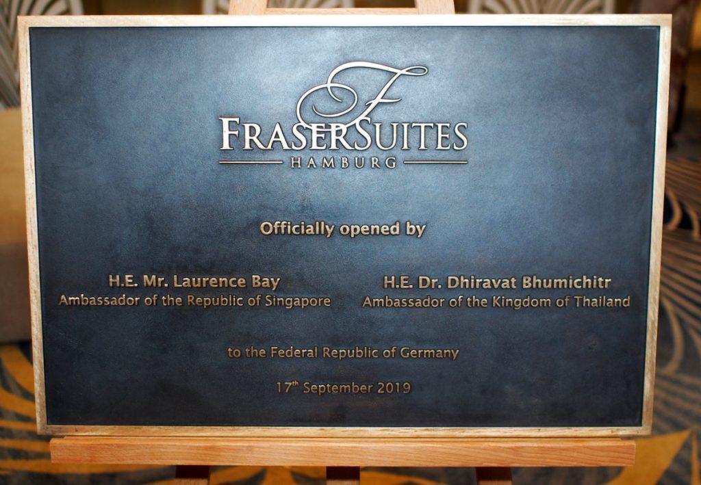 Diese Bronzetafel erinnert an das Opening der Fraser Suites Hamburg