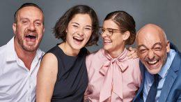 Ensemble (Tim Grobe, Madeleine Lauw, Lisa Ursula Tschanz, Mario Ramos) Glücklich in 90 Minuten lachend.