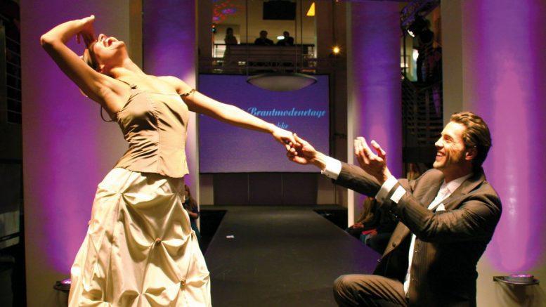 Tanzendes Hochzeitspaar auf einer Modenschau
