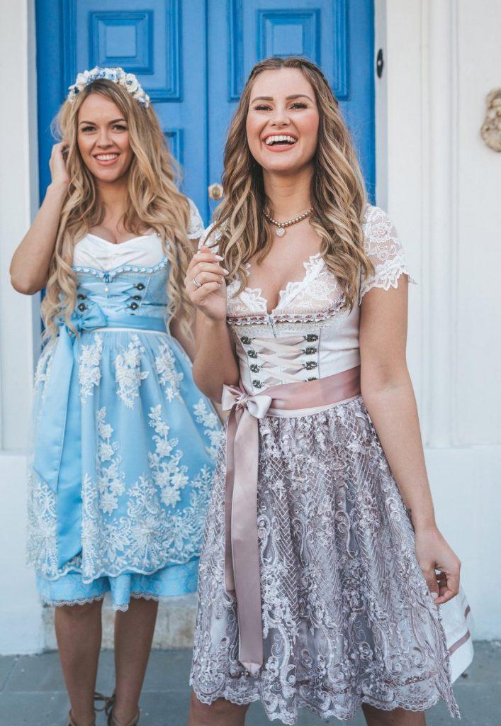 Zwei jungen blonde Influecerinnen im Drindl