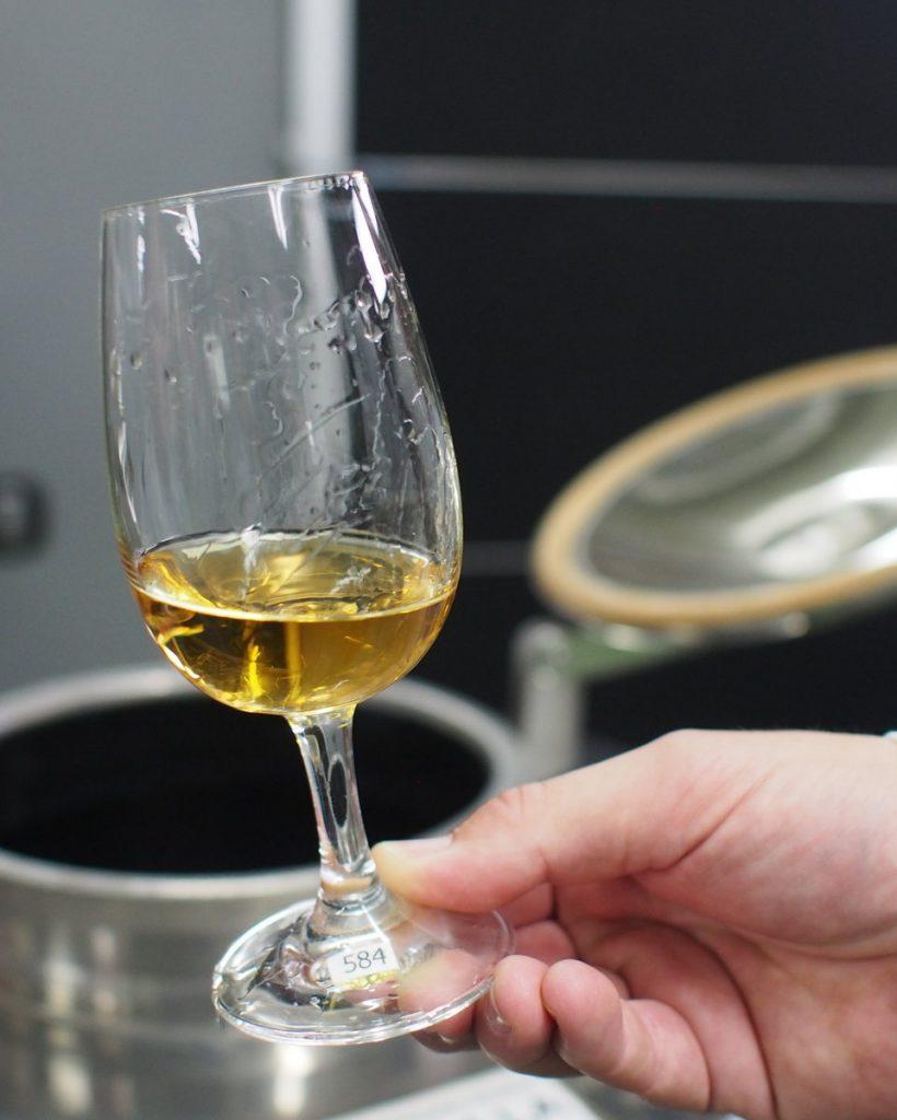 Glas mit Wachholder Brand