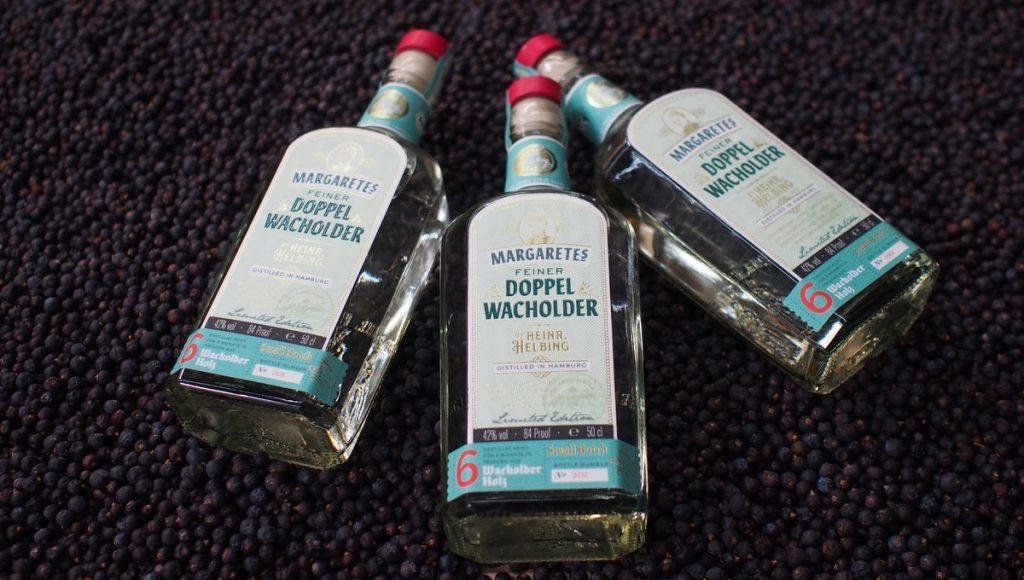 Drei Flaschen HELBING MARGARETES FEINER DOPPELWACHOLDER auf Wacholderbeeren