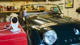 Garagengold im Blick: Ein Vintage Triumph Sportwagen in der Garage