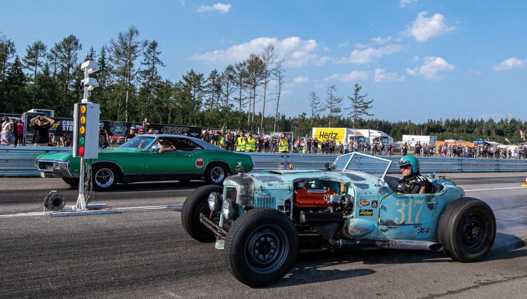 Zwei Rennwagen beim Beschleunigen