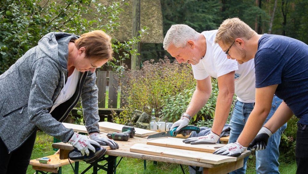 Das Carlsbergteam macht Holzarbeiten bei Wi mook dat!