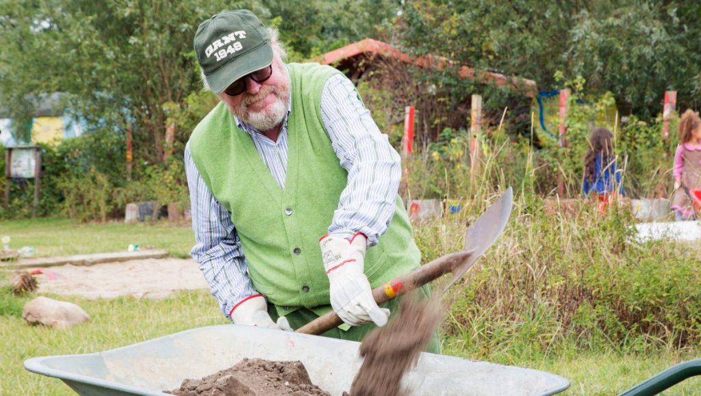 Gunnar Heinemann schaufelt Erde bei der Charity Aktion  Wi mook dat!