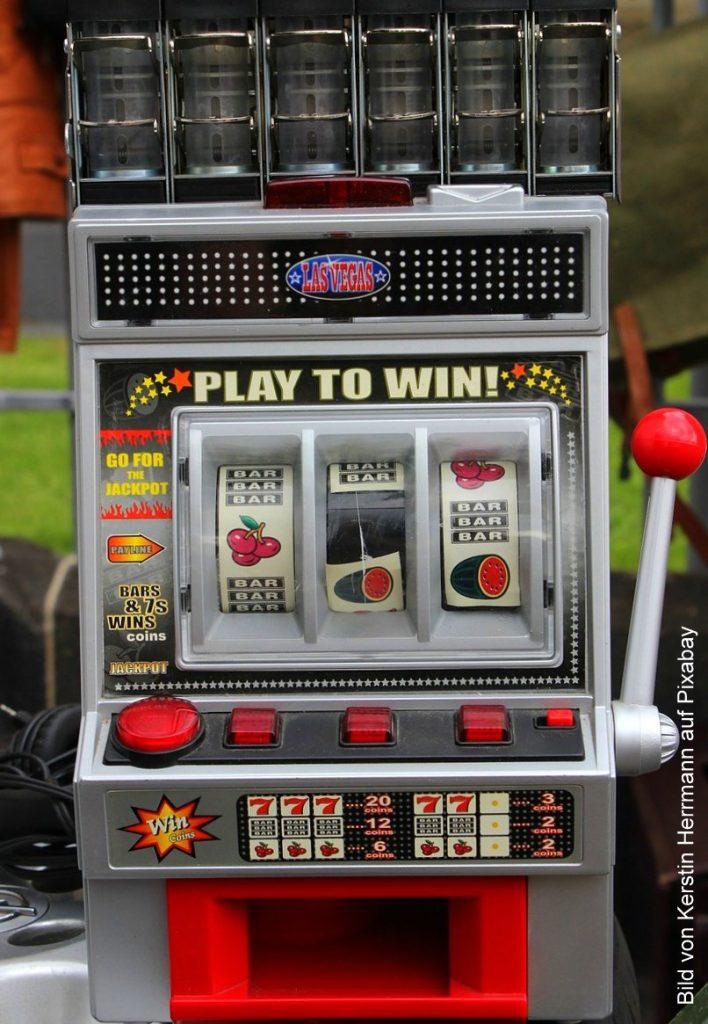 Alter Spielautomat auf dem Flohmarkt
