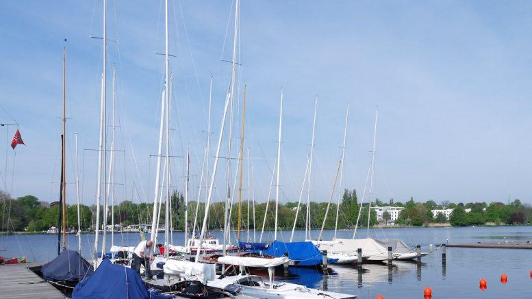 Bootssteg des Segelvereins NRV Hamburg mit Drachenbooten
