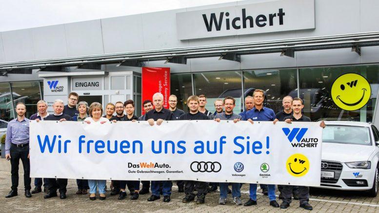 Teamfoto von Auto Wichert Othmarschen mit Welcome Banner