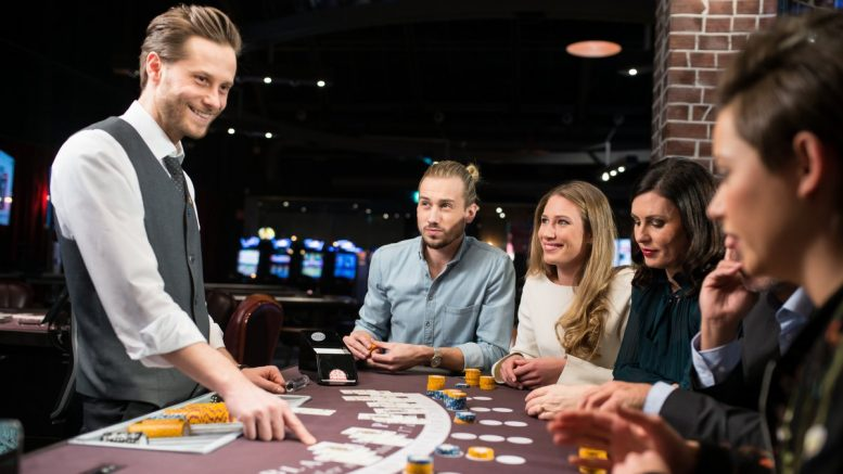 Pokerspieler und Croupier in einer Spielbank