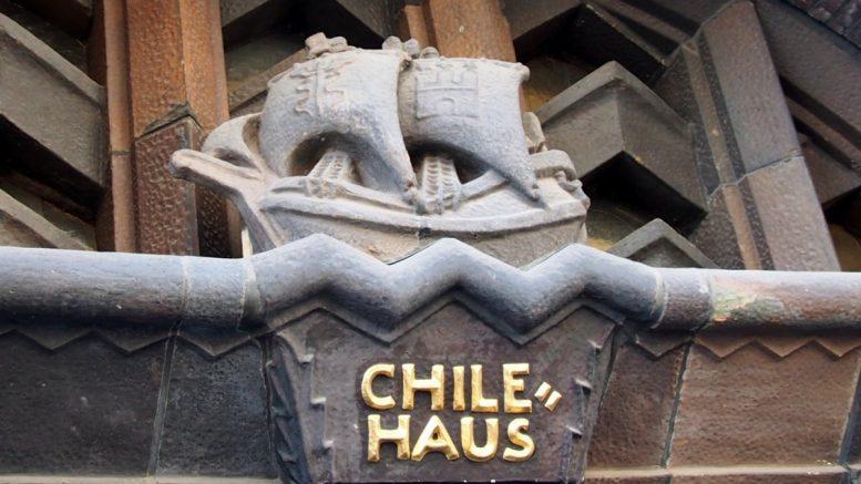 stilisiertes Schiff als Türschmuck über einem Eingang zum Chilehaus in Hamburg
