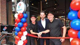 Eröffnung des 40. Hamburger Domino's Pizza Restaurant, Rotes Band wird durchgeschnitten. Links und rechts Rot Blaue Luftballons